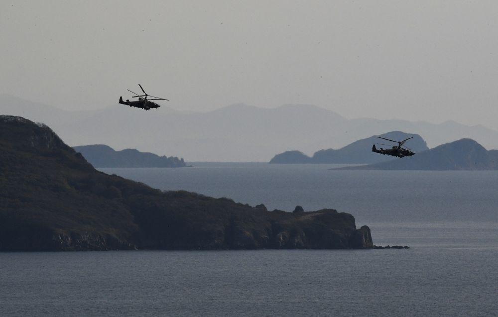 Вертолёты Ка-52 во время учений Тихоокеанского флота на полигоне Клерк в Приморском крае