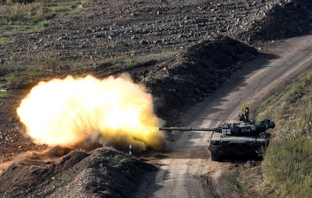 Танк Т-80 во время учений Тихоокеанского флота на полигоне Клерк в Приморском крае
