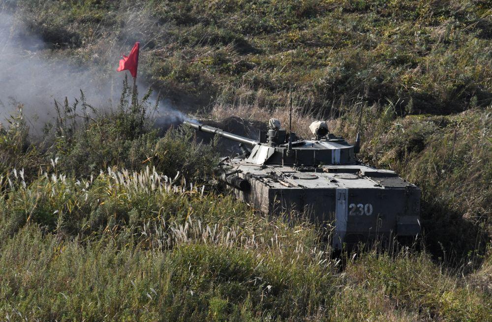 Боевая машина пехоты БМП-3 во время учений Тихоокеанского флота на полигоне Клерк в Приморском крае