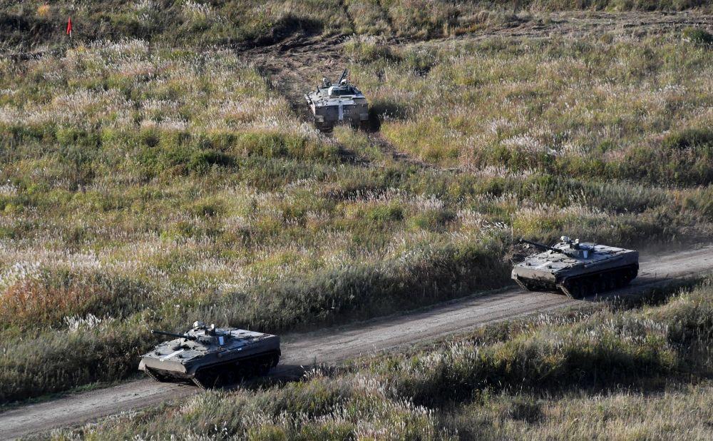 Боевые машины пехоты БМП-3 во время учений Тихоокеанского флота на полигоне Клерк в Приморском крае