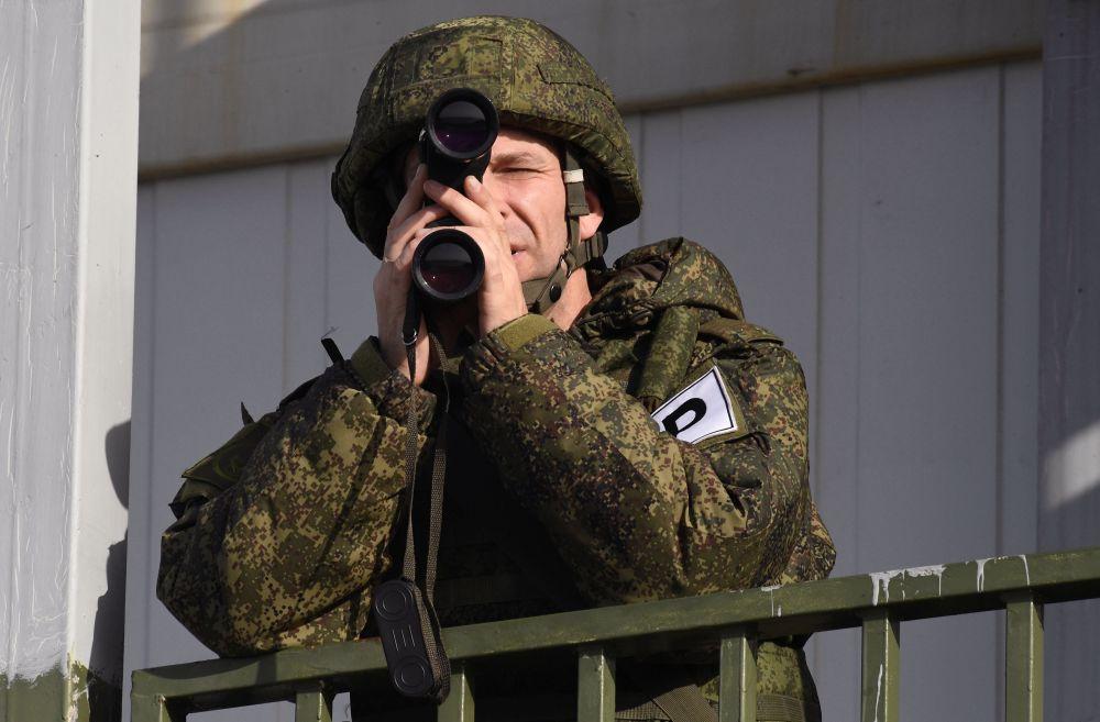 Военнослужащий во время учений Тихоокеанского флота на полигоне Клерк в Приморском крае
