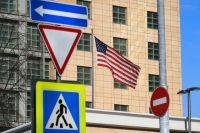 Государственный флаг США у американского посольства в Москве.