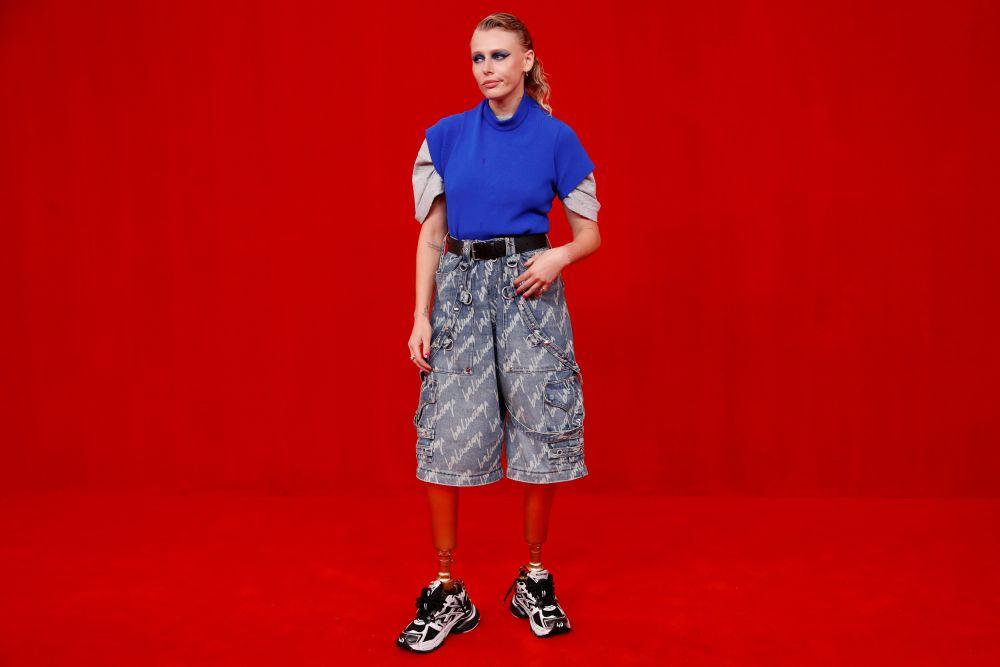 Модель Лорен Вассер  во время показа коллекции Balenciaga на Неделе моды в Париже