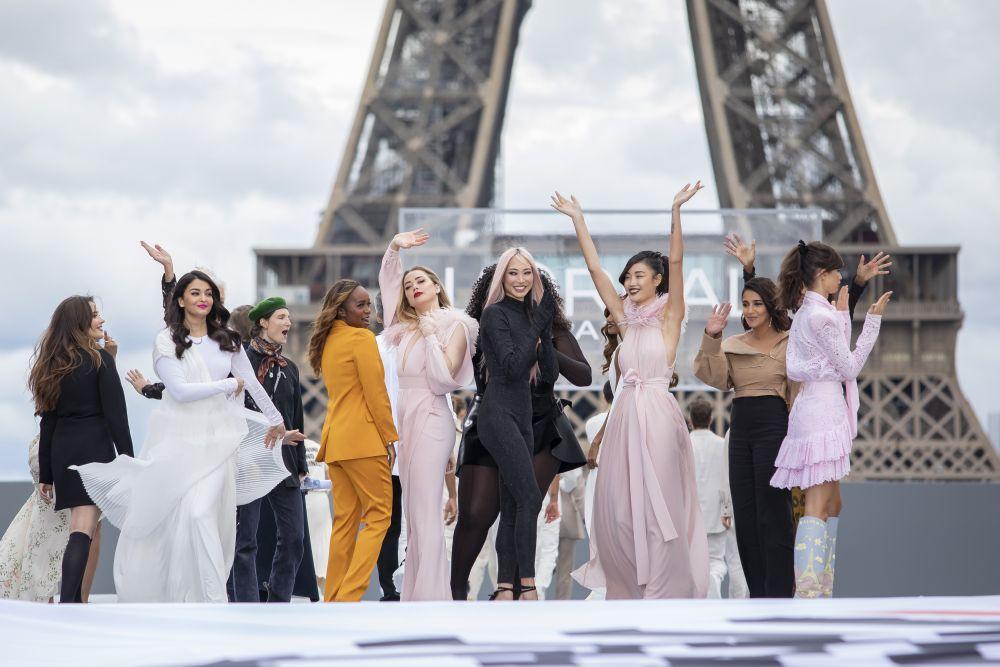 Показ L'Oréal на площади Parvis des Droits de l'Homme перед Эйфелевой башней