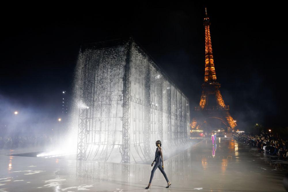 Показ коллекции Saint Laurent на Неделе моды в Париже