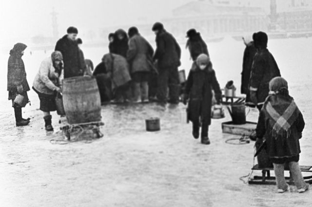 Жители блокадного Ленинграда берут воду из проруби на Неве.