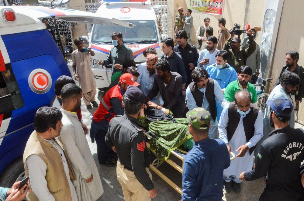 Эвакуация пострадавших после землетрясения в Харнае в больницу в городе Кветта