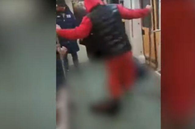 Три выходца из Дагестана жестоко избили молодого человека Романа Ковалева, который пытался защитить от них девушку в Московском метро.