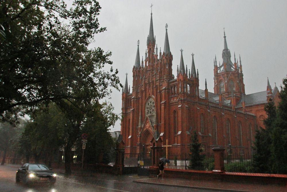 Римско-католический кафедральный собор Непорочного Зачатия Пресвятой Девы Марии в Москве. Собор напоминает своей архитектурой о старинных европейских городах. Ещё одна изюминка собора — самый большой в России орган