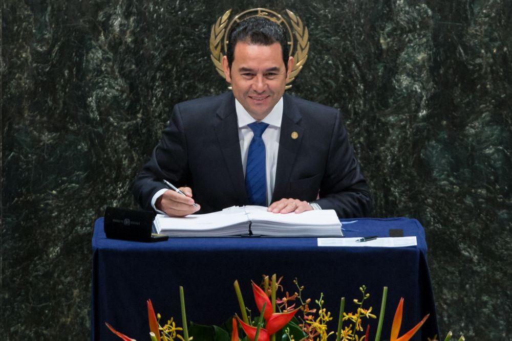 Джимми Моралес (Гватемала) родился в бедной семье и вынужден был работать ещё в детстве, сумел получить экономическое образование, стать известным в Гватемале актёром, а после сделать политическую карьеру. В 2001 году он впервые принимал участие в выборах, баллотируясь на пост главы районной администрации столицы, но оказался лишь третьим. А уже с 14 января 2016 года по 14 января 2020 года Джимми Моралес был на посту президента Гватемалы