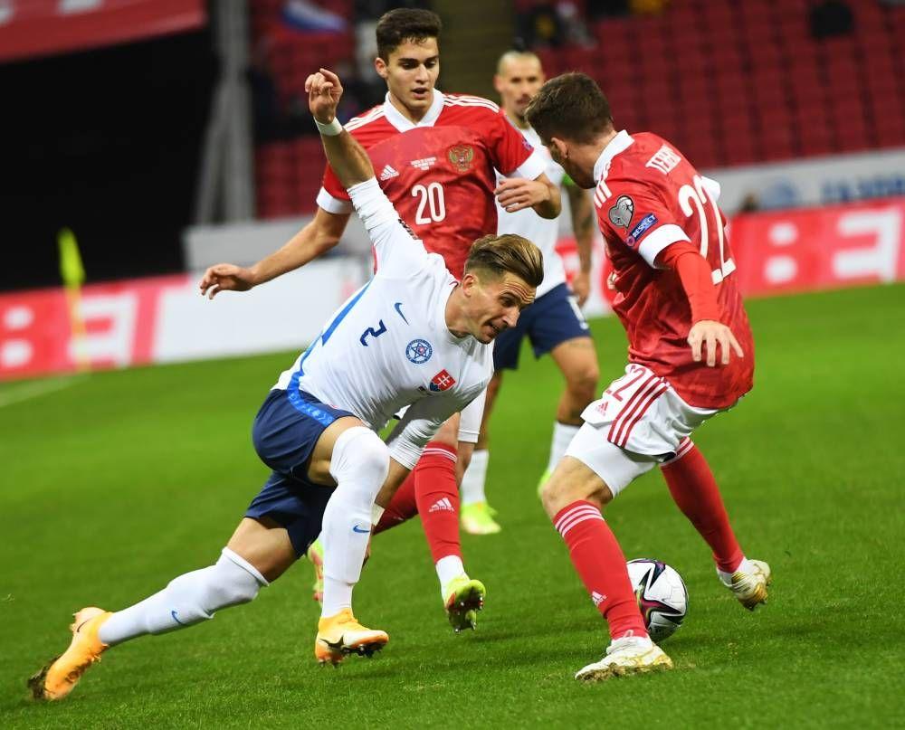 Игрок сборной Словакии Петер Пекарик, игроки сборной России Арсен Захарян и Сергей Терехов (слева направо).