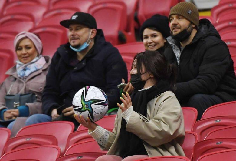 Болельщица с выбитым на трибуны мячом в матче отборочного этапа чемпионата мира по футболу 2022 года между сборными России и Словакии.