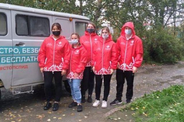 Вместе с врачами в села выезжают студенты-медики.