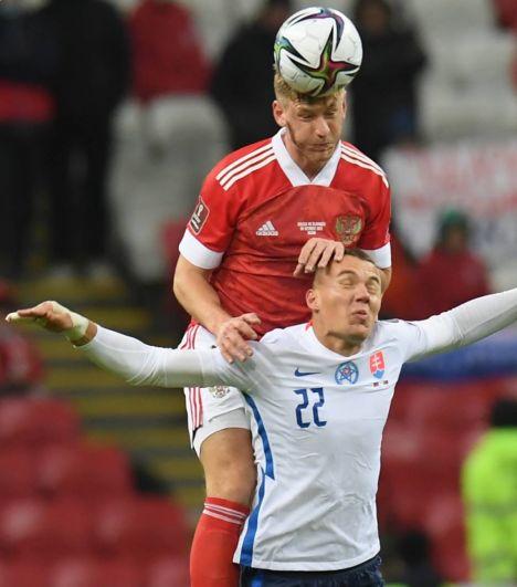 Игрок сборной России Дмитрий Чистяков и игрок сборной Словакии Ладислав Альмаси (справа) в матче.