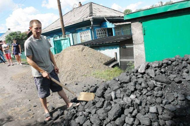 В частном секторе люди уже активно запасаются углем.