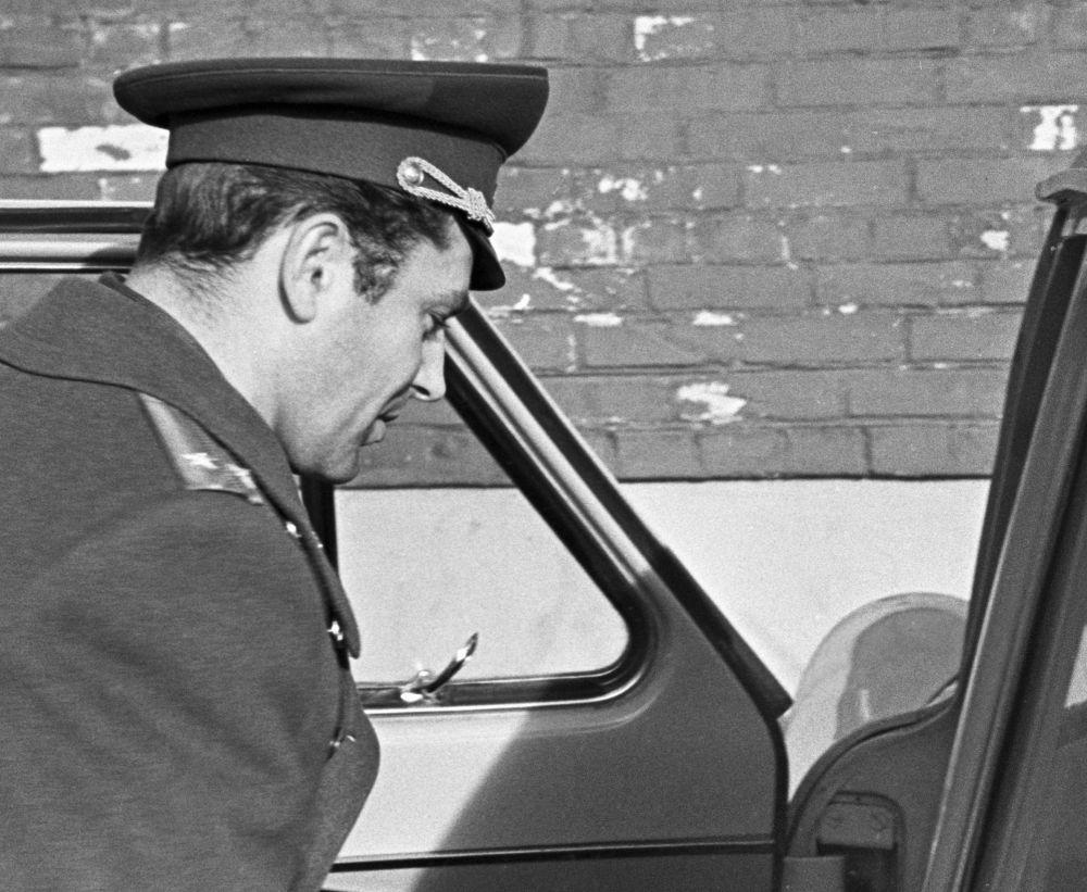 Космонавт Герман Титов получил новенький автомобиль «Волга» со спецномером 0002 (у автомобиля Гагарина был номер 0001). На фотографии: космонавт СССР Герман Титов у своего автомобиля (1963 год)