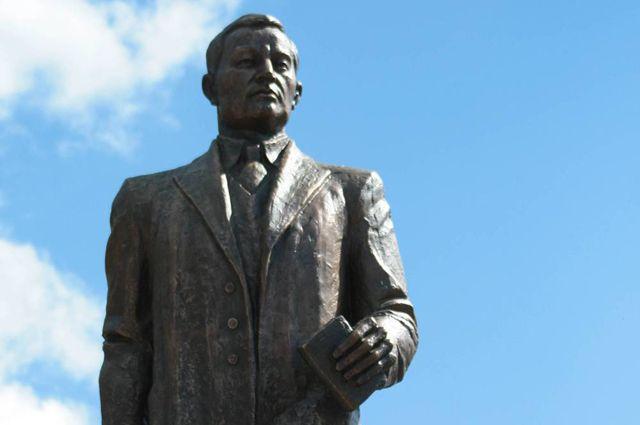 Памятник Касыму Аманжолову в Караганде.