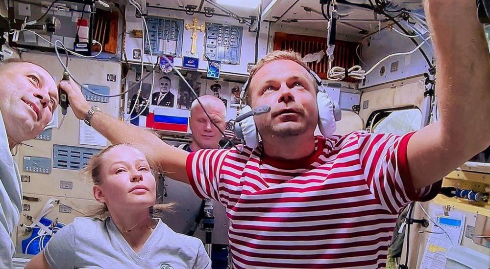 Актриса Юлия Пересильд, космонавт Олег Новицкий и режиссёр Клим Шипенко (слева направо) на Международной космической станции
