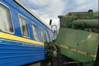 Комбайн врезался в поезд: в Укрзализныце сообщили детали