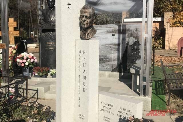 Памятник Михаилу Ненашеву на Троекуровском кладбище.