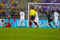 Вратарь сборной Словении по футболу Ян Облак пропускает мяч в свои ворота.