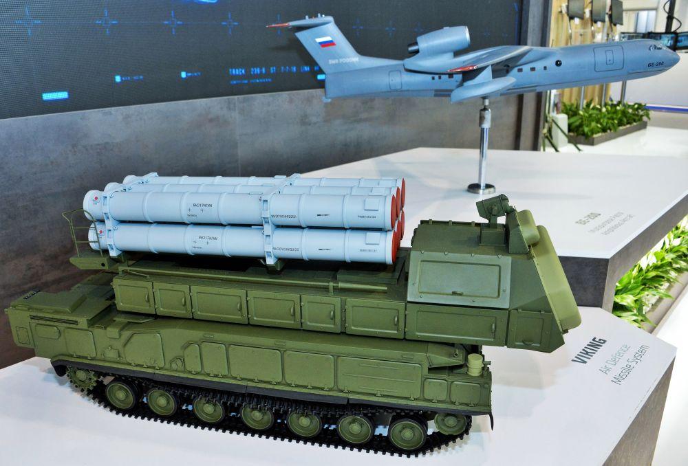 Макеты зенитно-ракетного комплекса «Викинг» и многофункционального самолёта-амфибии Бе-200 на стенде АО «Рособооронэкспорт»