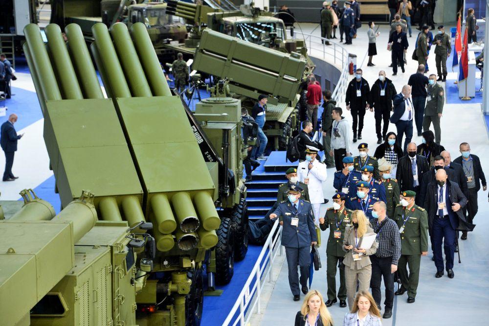 Посетители на Международной выставке вооружения и военной техники PARTNER-2021 в Белграде