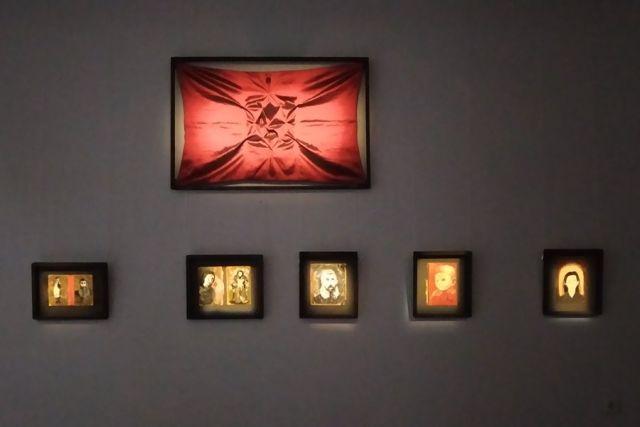 Художник Макс Эпштейн на обложках молитвенников из заброшенной синагоги изобразил лица тех, кому они могли бы принадлежать.