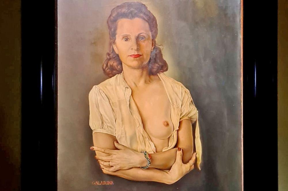 Увидеть эти работы сегодня, когда закрыты границы, в Петербурге - большая удача. Например, поясной портрет «Галарина» (1945). После смерти Дали он не покидал Театр-музей Дали и в России экспонируется впервые.