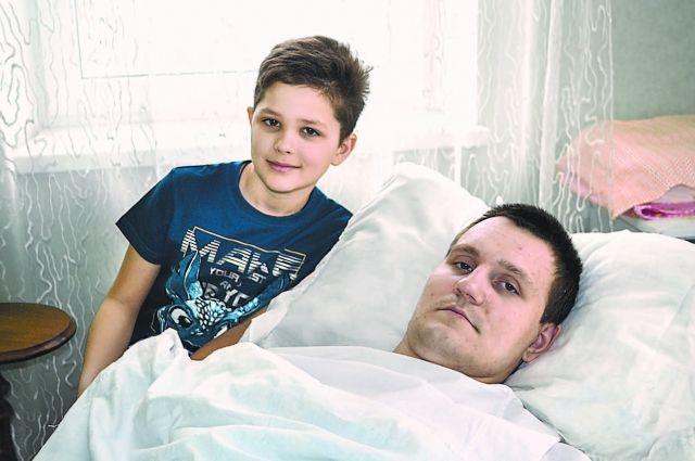 Чтобы стать опорой длямамы ималенького брата, окоторых он когда-то забыл, Вадиму нужна инвалидная коляска сэлектроприводом. Фото из личного архива.
