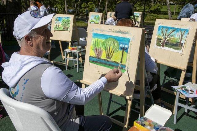 Поздравить старшее поколение решили на художественном мастер-классе.