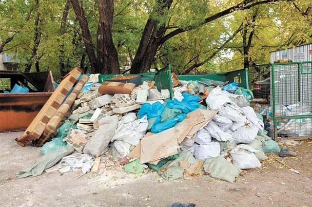 Местные жители сняли, как выглядела контейнерная площадка около д. 32 по ул. Рабоче-Крестьянской 1 октября.