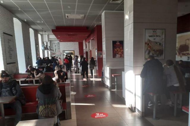 В регионе ввели ограничения по коронавирусу, но количество посетителей в кафе от этого не уменьшилось.