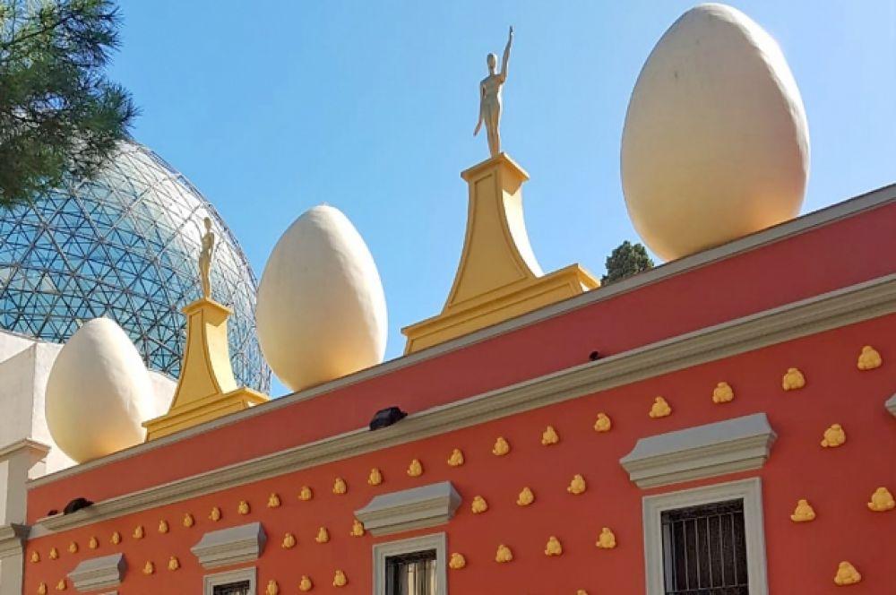 Театр-музей Дали занимает второе место по посещаемости среди всех испанских музеев. Его строили 14 лет, и Сальвадор лично принимал все решения по проектированию и внешнему виду. Для оформления экстерьера художник отобрал несколько гигантских яиц (вот и привет Фаберже)).
