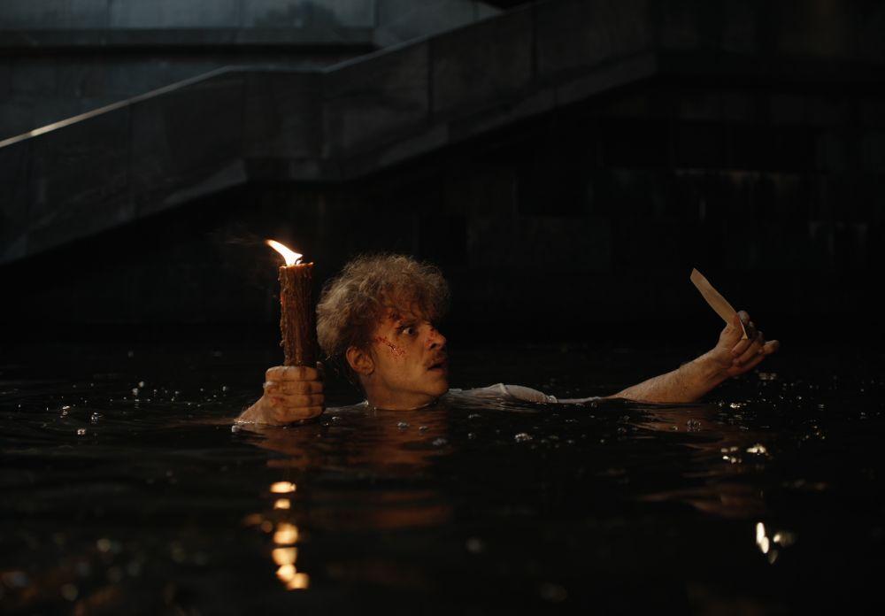 Данил Стеклов в роли Бездомного в кадре из фильма «Воланд»
