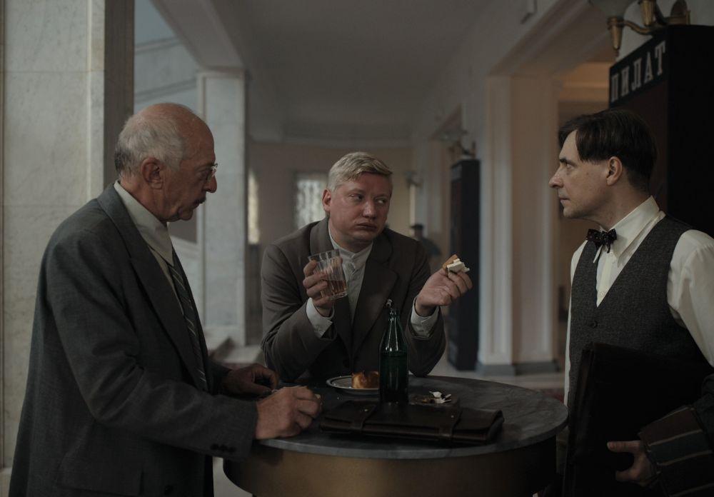 Павел Ворожцов в роли Ивана Варенухи (в центре) в кадре из фильма «Воланд»