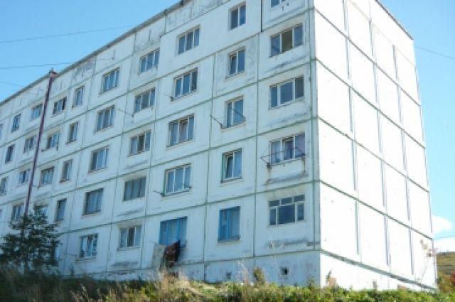 Организовано проведение доследственной проверки по факту обнаружения около одного из многоэтажных жилых домов по ул. Школьной  тела местного жителя с повреждениями, характерными для падения с высоты.