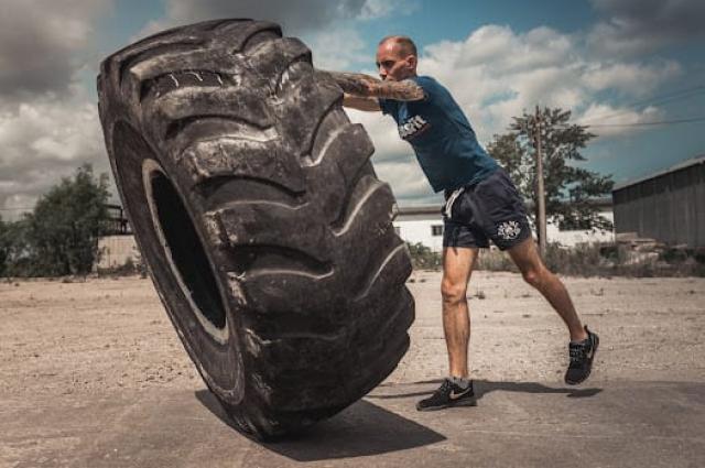 При собственном весе 60 кг, Михаил тренируется с весами втрое больше собственного.