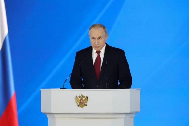 Путин заявил о весомой роли женщин в решении новых задач общества