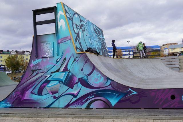 В Оренбурге художник воплотил в жизнь идею Декниса Паслера по оформлению скейт-площадки ярким граффити.